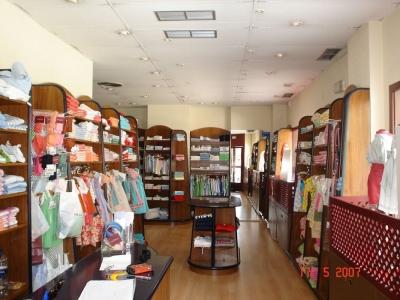 interior de tienda de ropa bebés